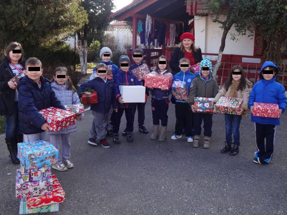 Oferirea unor cadouri copiilor dintr-un centru de plasament din Constanta