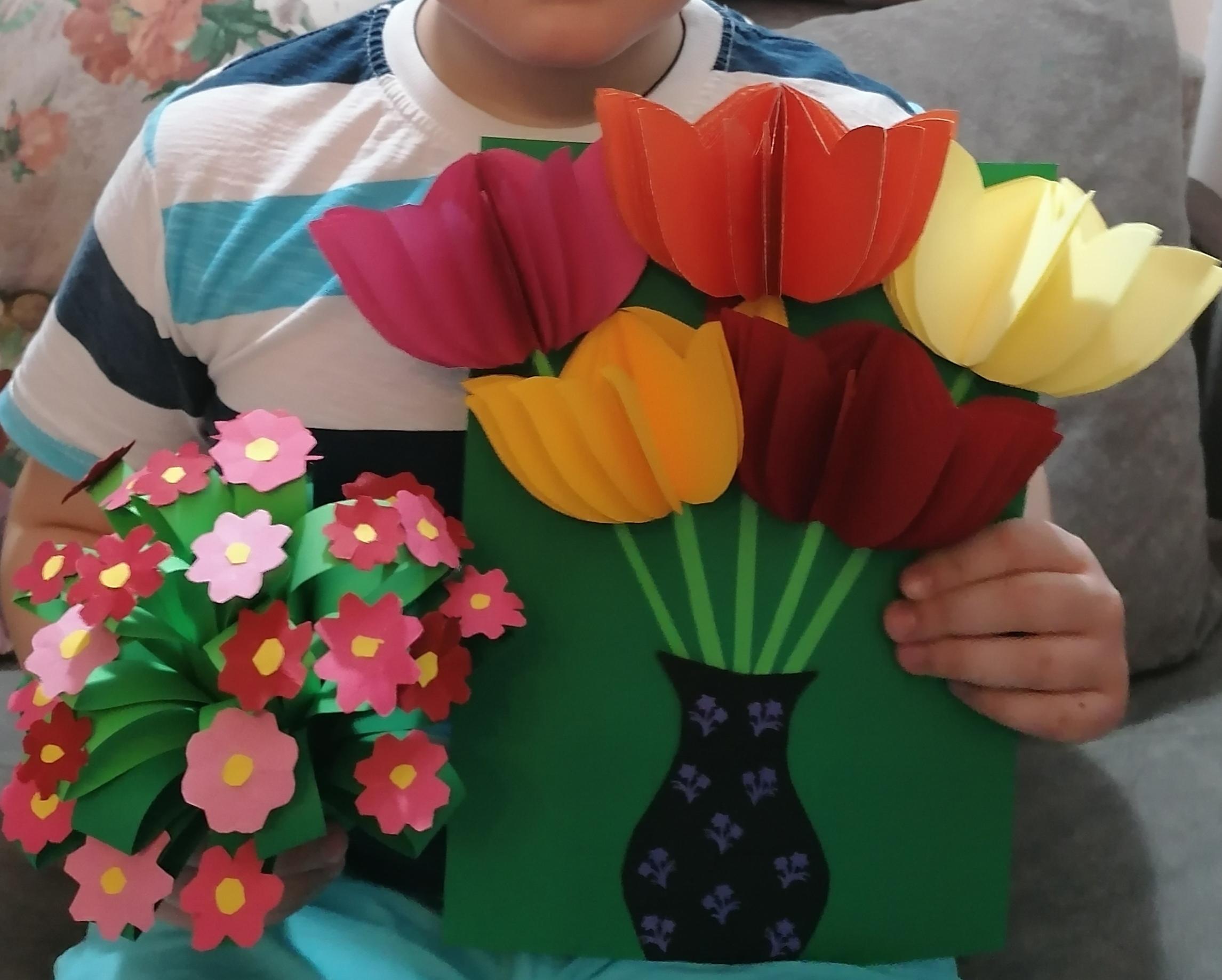 Confecționare flori pentru colegele de clasă