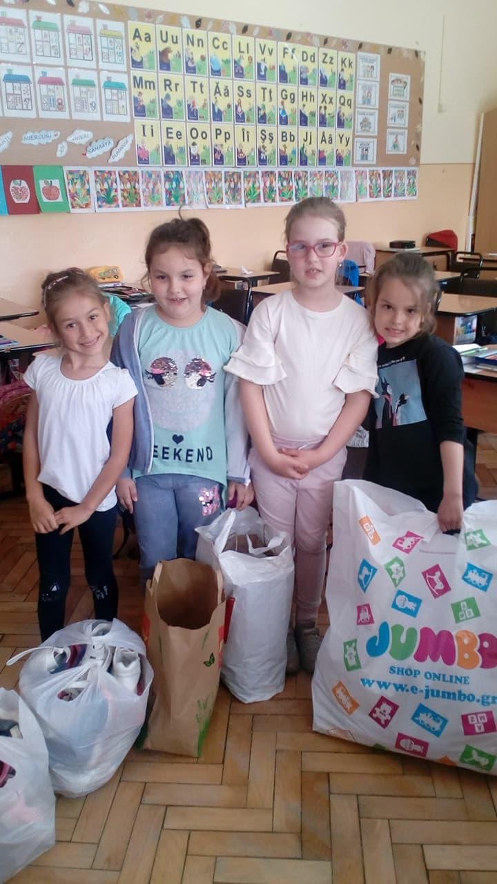 Donare de hăinuțe și bani
