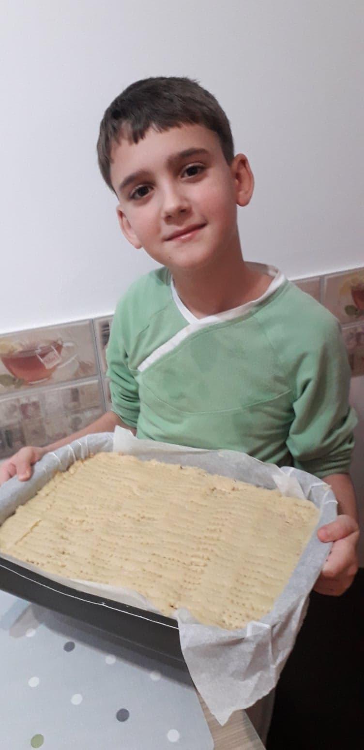 Ajutarea mamei la prepararea prăjiturii