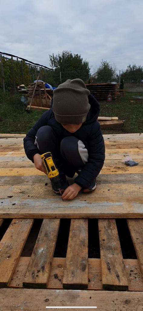 Îl ajut pe tatăl meu să construiască o magazie.